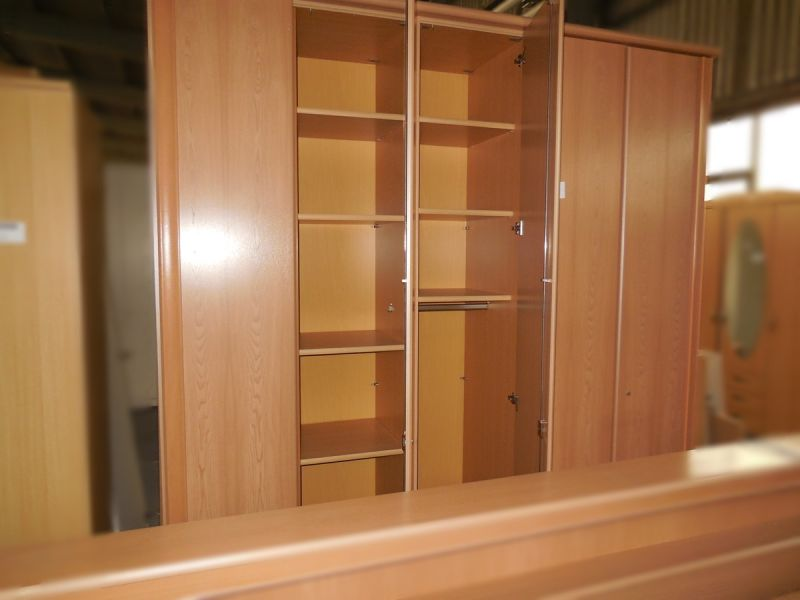 Schlafzimmer Kleiderschrank Gebraucht : Schlafzimmer mit Doppelbett ...